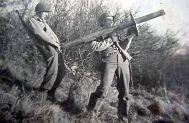 Američki vojnici se igraju s bazukom (1940te)