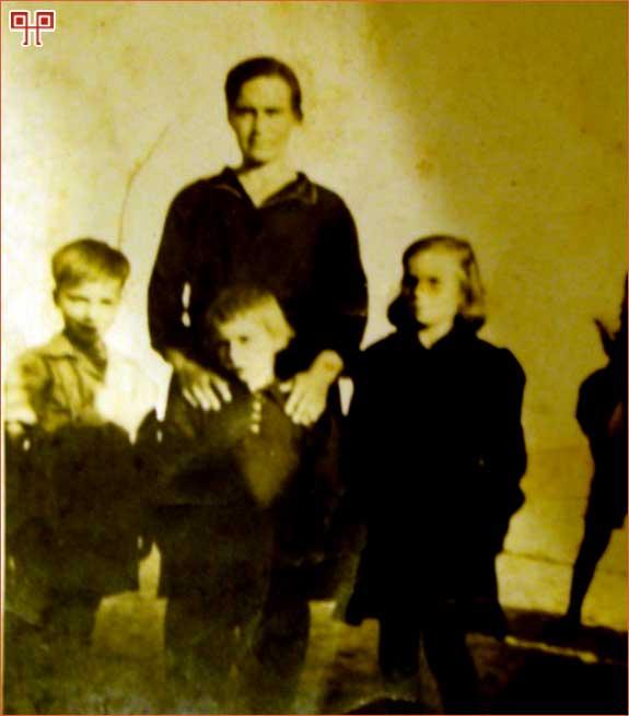 Slika 14: Obitelj Letinić u zbjegu. [32. Fotografija iz osobne zbirke Milene Karabatić (rođ. Letinić). Fotografiju je snimio nepoznati djelatnik fotosekcije Kulturno-informativnog odjela COZ-a u travnju 1944.]