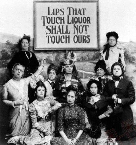 """Protivnici prohibicije snimili su 1919. godine ovu sarkastičnu fotografiju. Usne koje diraju alkohol neće dotaknuti naše. Obratite pozornost i na ranu pojavu """"duck face"""""""