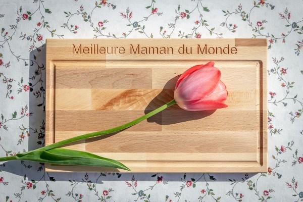 Cadeau de fête des mères comme planche à découper personnalisée en hêtre massif et gravure