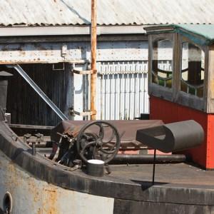 Старое судно в доке на набережной Шельды