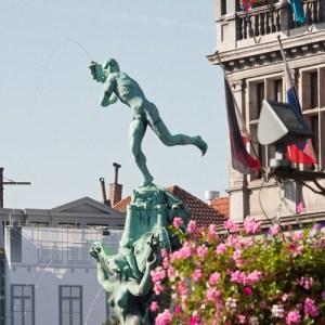 Фонтан в центре площади Grote Markt