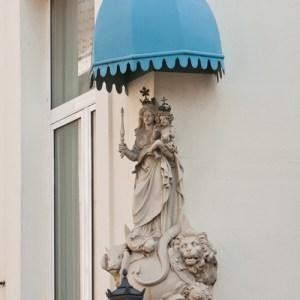 Мадонна на фасаде дома по улице Lange Koepoortstraat