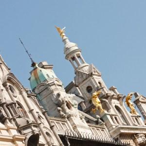 Декор крыши здания на улице Meir