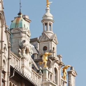 Декор крыши здания по улице Meir