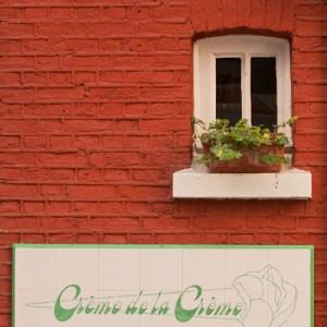 Изразцы с названием магазина мороженого вблизи Grote Markt