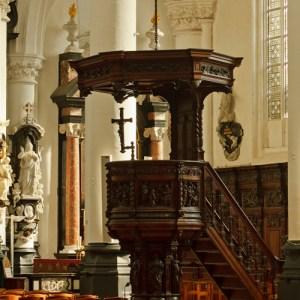 Фрагмент интерьера Sint Pauluskerk: кафедра священника