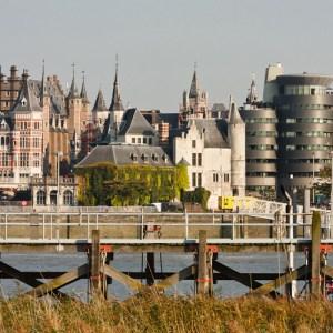 Вид с левого берега Шельды на замок Sten, пассажирский причал и историческую часть города