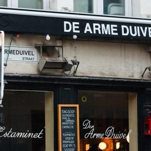 Кабак De Arme Duivel на углу Shuttershofstraat и Sint-Maartenstraat