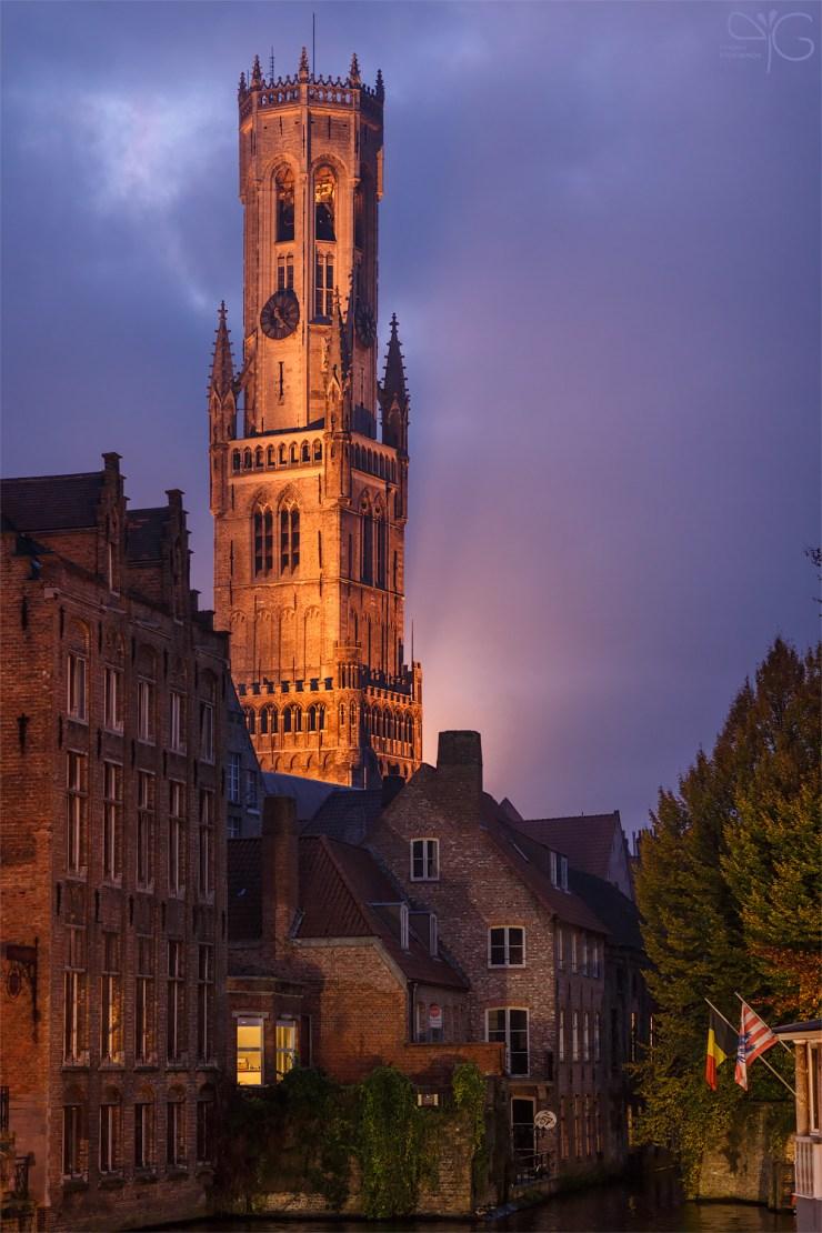 Брюгге, башня городской ратуши. Сумерки. ISO 1600, f/2, 1/100