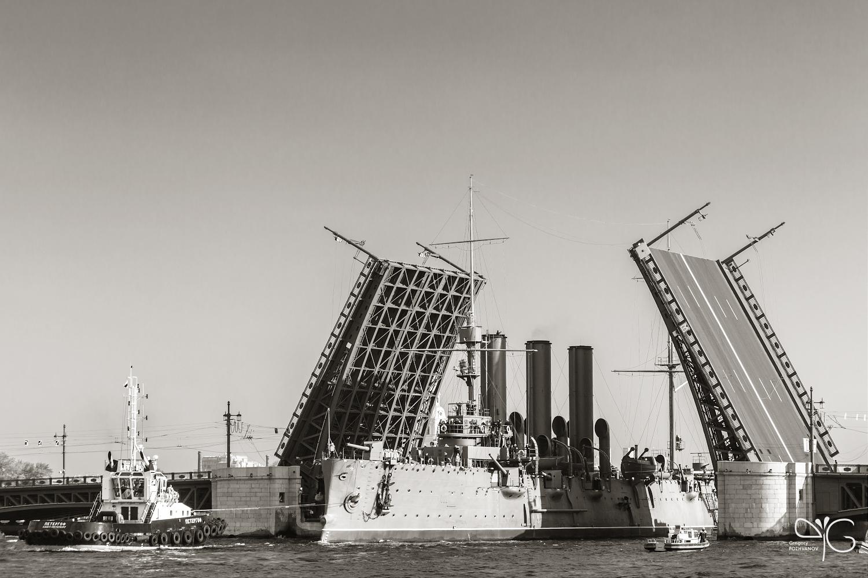 Крейсер Аврора проходит Дворцовый мост