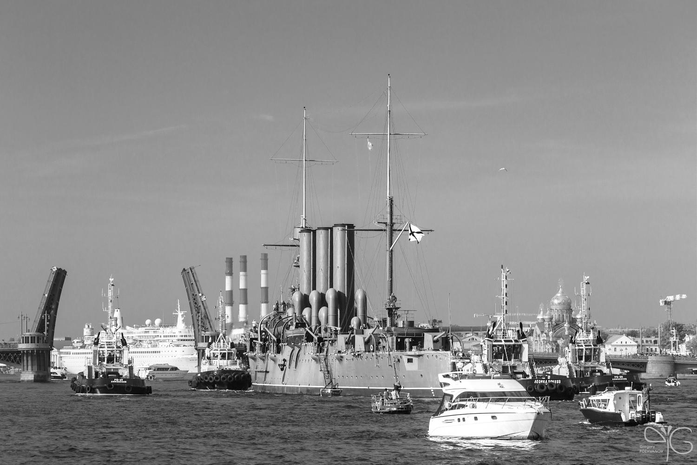 Крейсер Аврора подходит к Благовещенскому мосту (мосту Лейтенанта Шмидта)