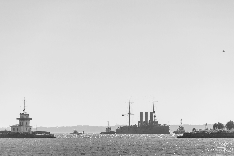 Крейсер Аврора подходит к гавани Кронштадта