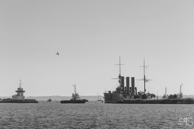 Разворот крейсера Аврора на входе в гавань Кронштадта
