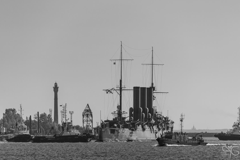 Второй разворот крейсера Аврора перед заходом в Алексеевский док (док им. Велещинского)