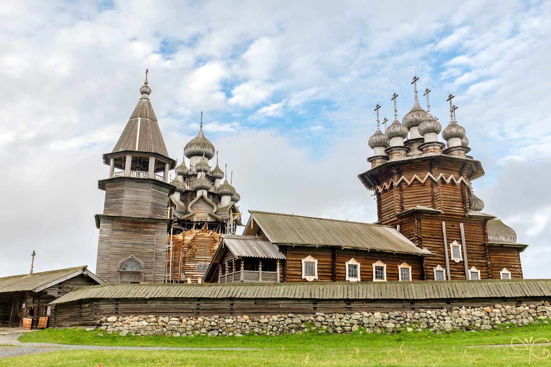 Вид на Кижский погост с колокольней церквями Покрова Богородицы и Преображения Господня