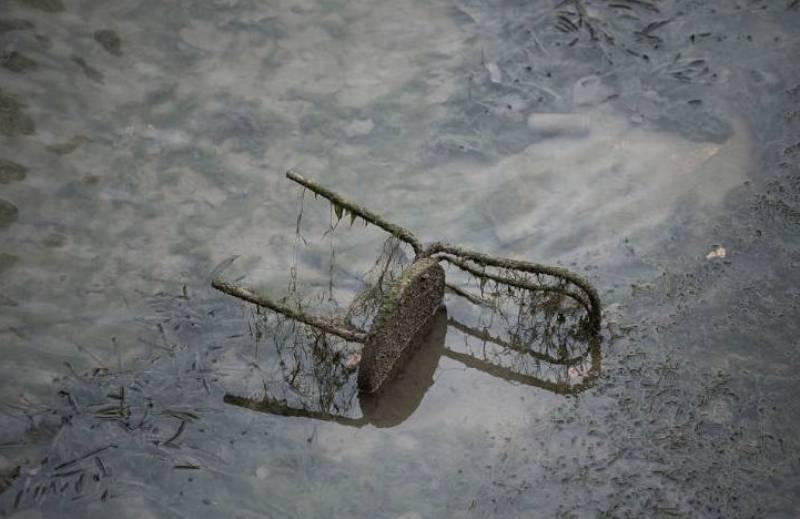 Барахло в канале Парижа.