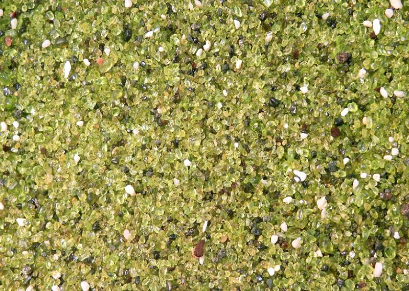 Зелёный песок с пляжа Папаколеа. Фотоисточник