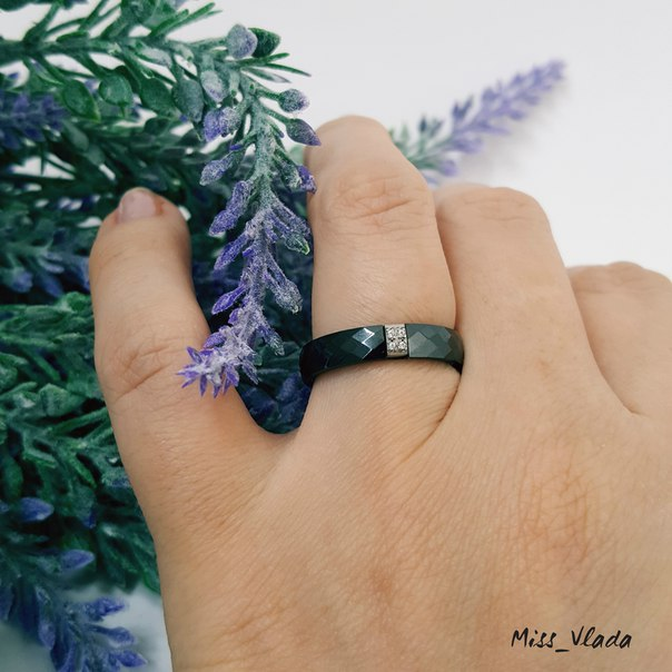 Стильное колечко из чёрной керамики.