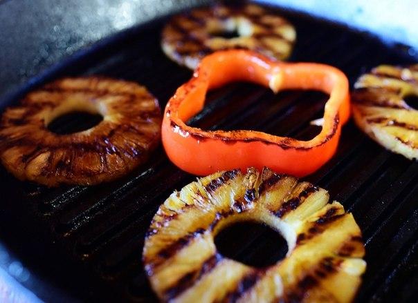 Обжарьте ананасы и сладкий перец