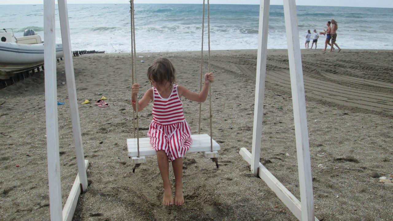 Качели на пляже у отеля Арансия в Конаклы