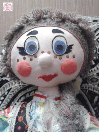 Лицо текстильной куклы.