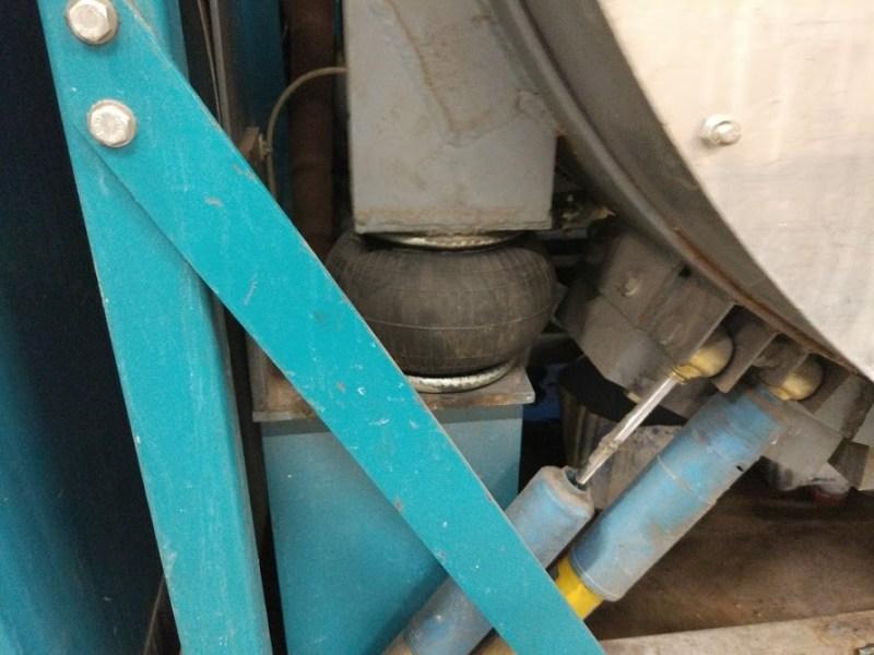 подрессоренная высокоскоростная стиральная машина в промышленной прачечной