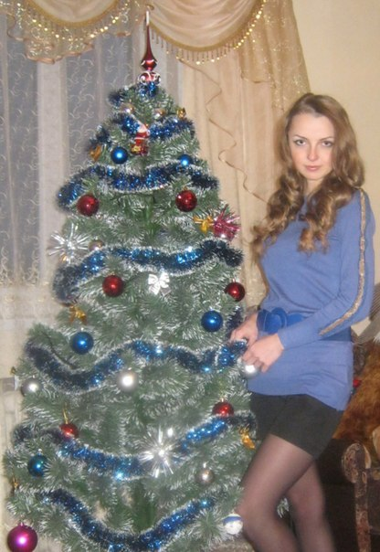 Золотоволосая красотка  возле Новогодней елки