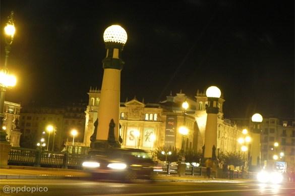 Puente del Kursaal, con gran movimiento nocturno y lugar de encuentro para iniciar la marcha. Al fondo el teatro de artes escénicas, Victoria Eugenia Antzokia.