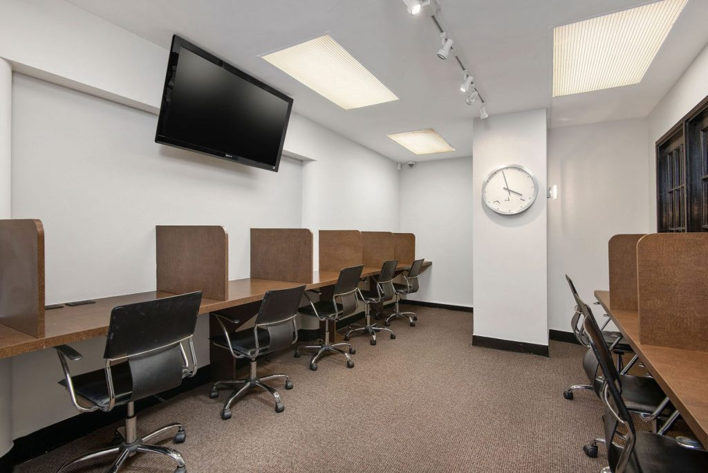 2756 N Pine Grove Business Center Interior Chicago Apartments Lincoln Park - 1
