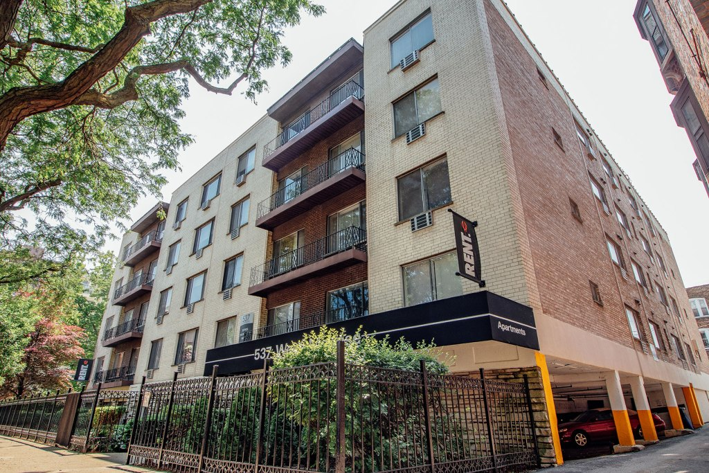Chicago Apartments, Lakeview, 537 W Melrose Exterior