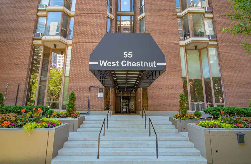 55 W Chestnut Entrance Exterior Chicago Apartments River North - 1
