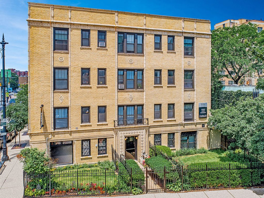 Chicago Apartments, Lakeview, 596 W Hawthorne Exterior
