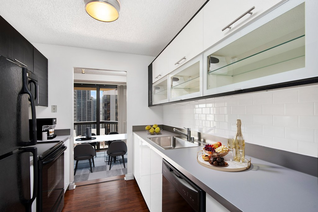 1133 N Dearborn Kitchen Dining Room with View Interior Chicago Apartments Gold Coast - 1