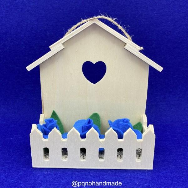 Casa de madera natural con balcón estantería para colgar en la pared manualidades ejemplo decoracion frontal