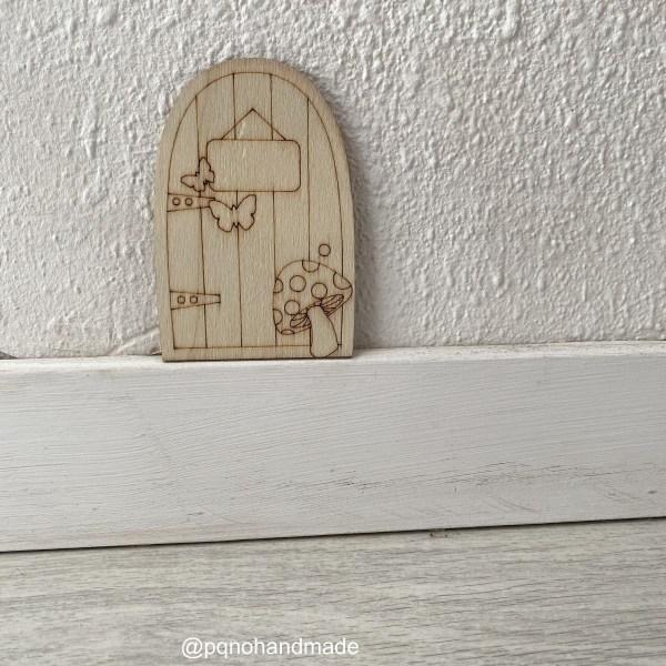 Puerta del Ratoncito Pérez o Hada de los Dientes con seta y dos mariposas para pintar manualidades y montar sobre zocalo manualidades