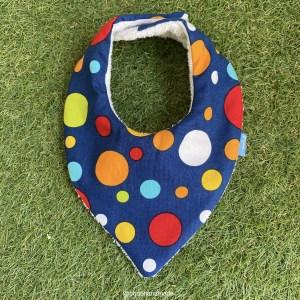 bandana babero babas circulos colores fondo azul oscuro tela algodon artesanal