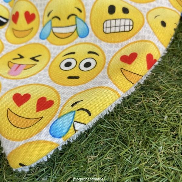 bandana babero babas emojis emoticonos tela algodon artesanal detalle