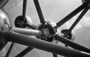 Atomium. Minolta AF-C met Ilford Pan F+ 50.
