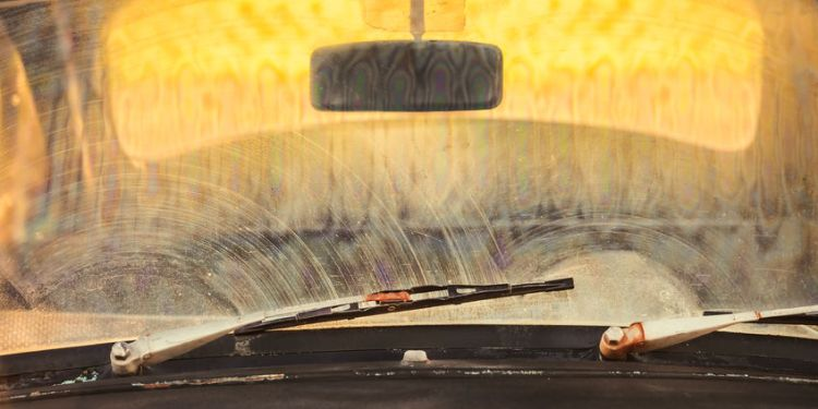 how to clean a windscreen