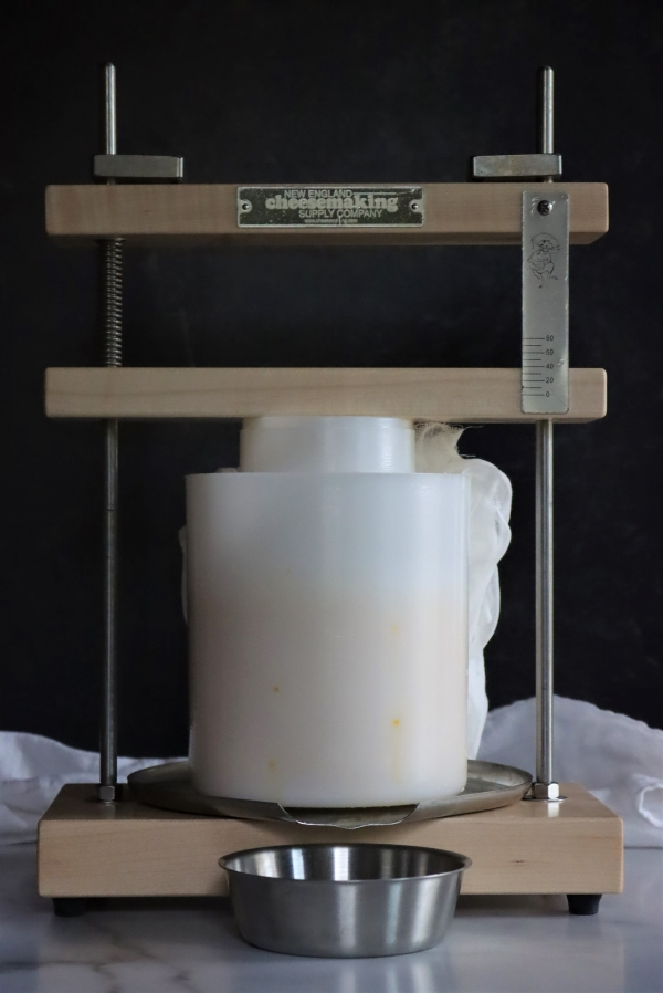 Pressing curds for traditional clothbound cheddar