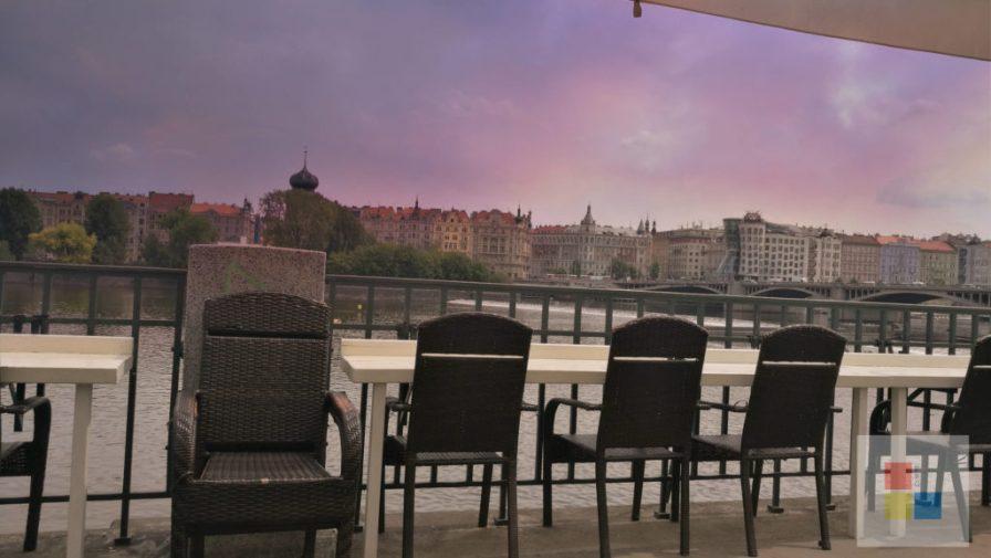 Blick vom Cafe Manu zum tanzenden Haus.