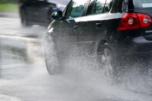 τι προσέχουμε όταν οδηγούμε και βρεχει