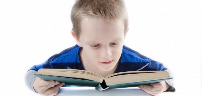 παιδί διάβασμα βιβλίου στις διακοπές