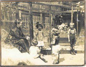 v.l.n.r.: Emilie Schaaf und ihre Enkelkinder Willi, Rosa, Guggi und Fritz