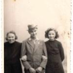 v.l.n.r.: Großmutter Elise, Bruder Alexander und Liselotte Lang, 1943