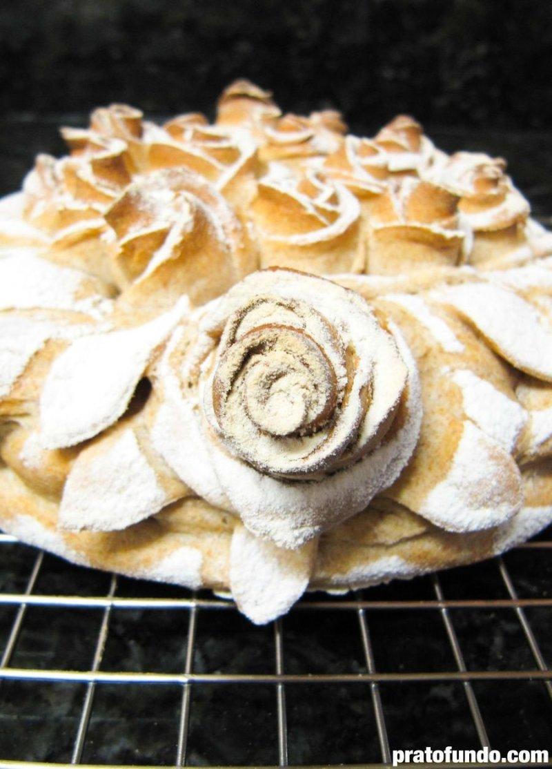 Pão decorativo com farinha polvilhado por cima em formato de flores