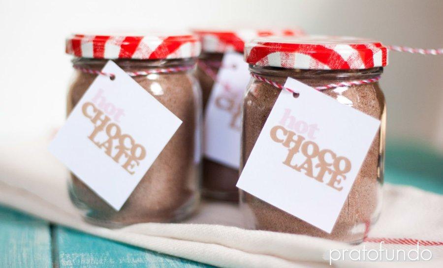 Pote de vidro com mix de chocolate quente sobre pano de prato visto de frente
