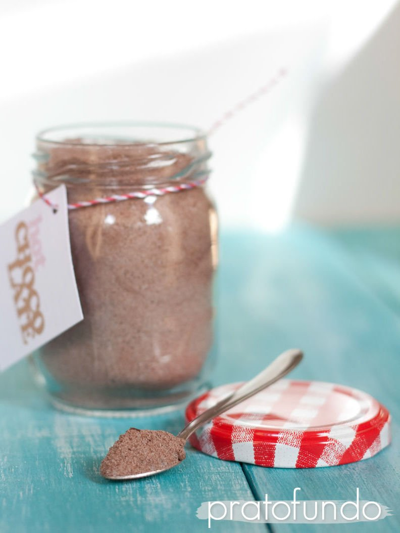 Preparado de chocolate quente em uma colher