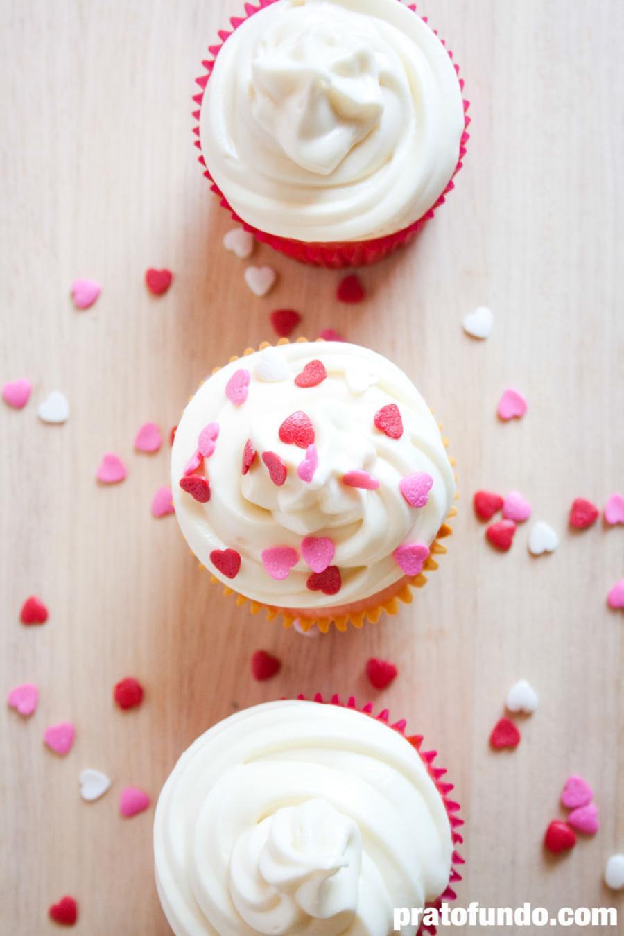 Cupcake de Baunilha Trufado e Cobertura Cream Cheese por PratoFundo.com